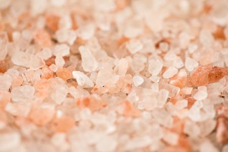 ピンク ヒマラヤ水晶の塩。塩、ピンクの背景。