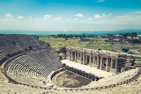 Ancient city of Hierapolis, Pamukkale, Turkey. The fascinating and beautiful beauty of the historical sites is here. Hierapolis of Phrygia, Denizli, Turkey Foto de archivo - 140397739