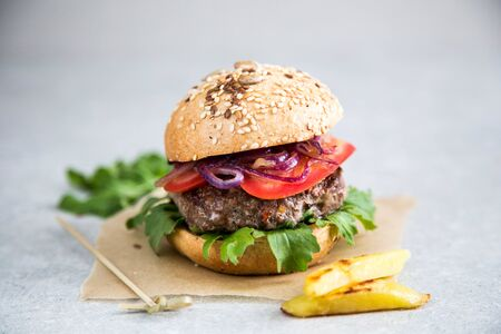 Burger de boeuf fait maison et frites. Fond clair, espace de copie