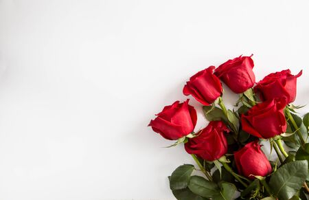 Red roses on white background. Valentines Day background, wedding day. Foto de archivo - 137446474