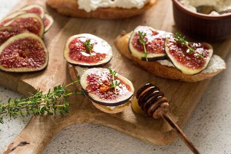ciabatta or bruschetta with cottage cheese, figs and honey. sandwich with figs and goat cheese. Foto de archivo - 137446936