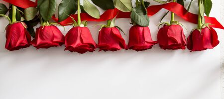 Red roses on white background. Valentines Day background, wedding day. Foto de archivo - 137446243