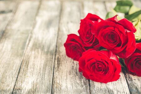 Red roses on white background. Valentines Day background, wedding day. Foto de archivo - 137447350