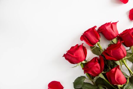Red roses on white background. Valentines Day background, wedding day. Foto de archivo - 137447340