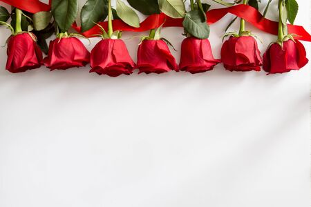 Red roses on white background. Valentines Day background, wedding day. Foto de archivo - 137447689