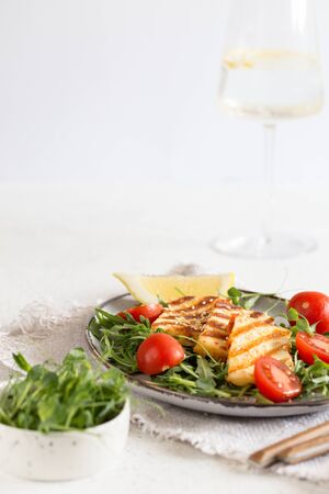 fresh salad with grilled halumi cheese, cherry tomatoes and arugula. copy space/ Foto de archivo - 140556205