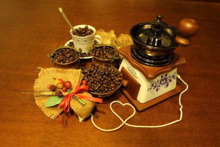 expressed: Coffee grinder with coffee beans and jute composition