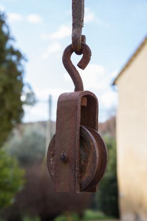 poleas: Vieja polea de hierro unido a un pozo de agua
