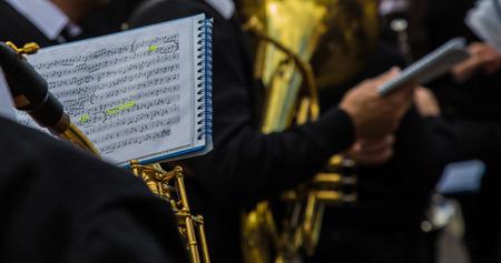 Musicien de musique d'orchestre lisant la partition