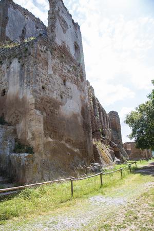 デュカル公爵城や Monterano の失われた都市の宮殿 写真素材