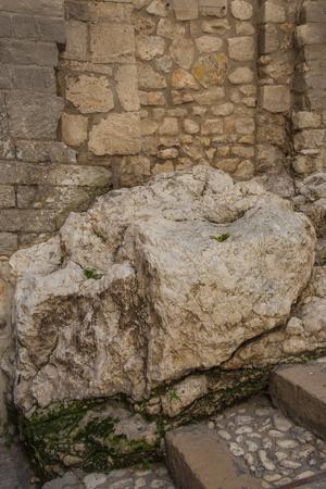 ヴィエステの歴史的意義で豊かな古代の岩