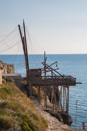 Trabucco på klippan nära Vieste i Gargano i Puglia Stockfoto