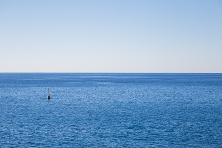 マーカーのブイとリグリア海の海岸の景色。