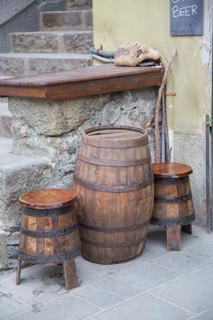 Vieux Tonneau En Bois Qui A Fait Comme Une Table De Cafe Et Deux Restes Qui Se Trouvent Comme Des Cercueils