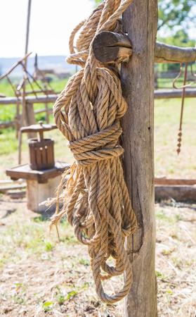 古い麻縄は、木製の柵に接続されています。