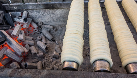 Trdelnik (or trdlo) - famous Czech buns made from sweet dough with fragrant sprinkling of cinnamon, nuts and sugar. Bake trdelnik on an open fire, on cylindrical spits of wood, usually beech, or metal. Banque d'images