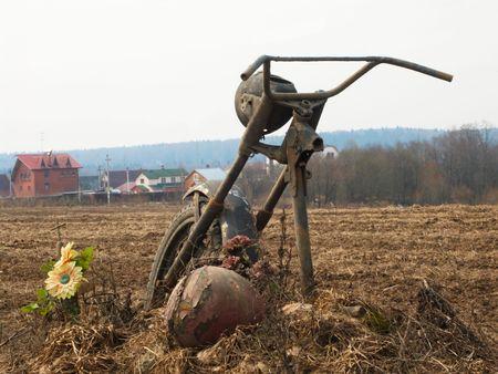 rusty: motocicleta antigua en vertedero  Foto de archivo
