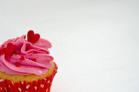 Cupcakes de amor con corazones rojos y crema de mantequilla
