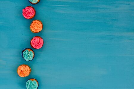 Colorful homemade cupcakes on a blue background 免版税图像 - 127744826