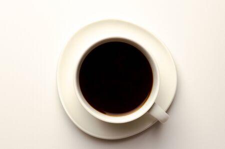 Vista dall'alto di una tazza di caffè, isolata su bianco Archivio Fotografico