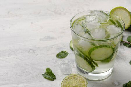 Agua infundida en un vaso. Mezcla de agua detox de pepino