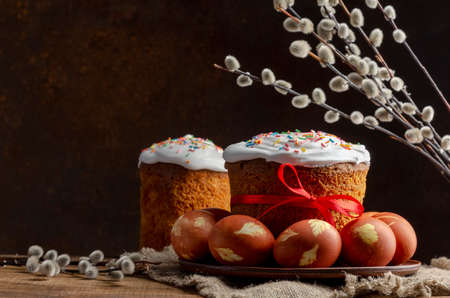 Easter cake with onion painted eggs with willow, russian orthodox 免版税图像