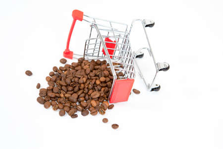 an inverted metal supermarket cart with coffee beans isolated on a black background. Concept of sales, discounts, and purchases. 版權商用圖片