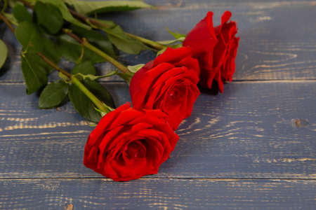 red roses on a wooden Board, Valentine's day or mother's day background Archivio Fotografico