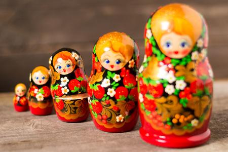 木製の背景にロシアの入れ子人形