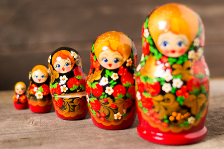 Russian nesting dolls on a wooden background Stok Fotoğraf - 89819150