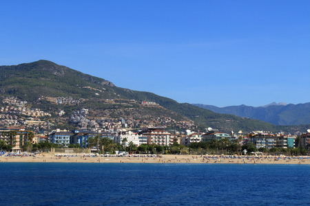 Coast in Alanya city, view from the sea. Walk on the sea yacht on a summer day. View of the beach from the water. Banque d'images