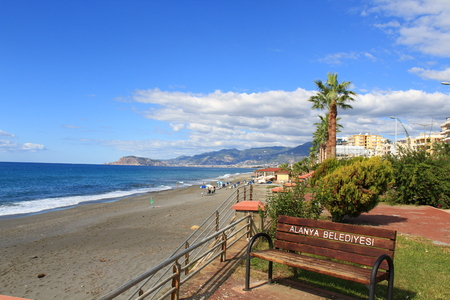 Bench on the promenade in the city of Alanya. Banque d'images