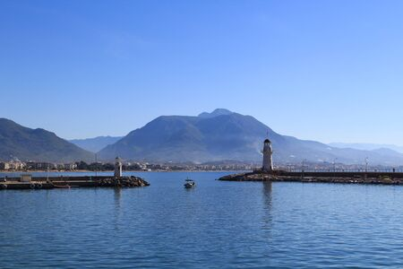 Ships in the sea harbor on a background of mountains Banque d'images