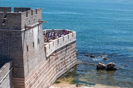 muralla china: torre de ladrillo de la pared china en la orilla del mar Amarillo
