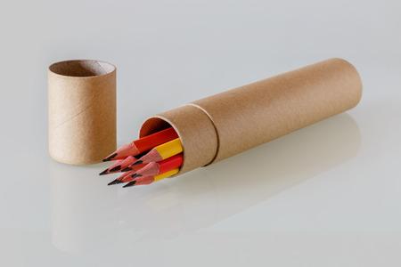 Einfache Bleistifte in Kartonverpackung auf einem Tisch