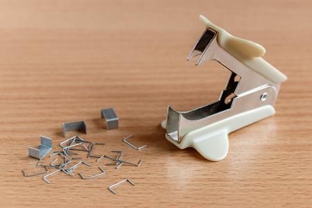 engrapadora: grapadora y clips de papel en una mesa de madera
