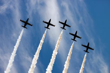 pilotos aviadores: Air Group simultáneamente sale de la punta en el fondo del cielo azul