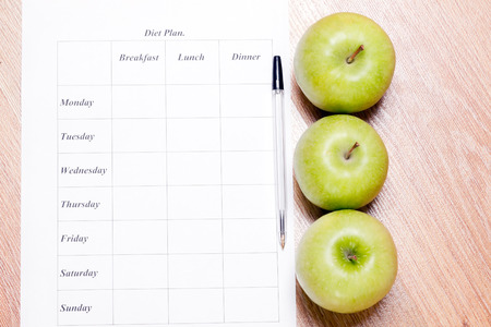 diet Plan. diet plan, pencil and apple lying on a wooden surface Banque d'images