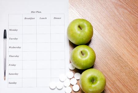 Plan d'alimentation. plan de l'alimentation, le crayon et la pomme se trouvant sur une surface en bois Banque d'images - 26149162