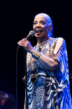NIS、セルビア - 8 月 10 日: アメリカ R&B ポップやジャズ歌手パティ ・ オースティン ライブ Nisville ・ ジャズ ・ フェスティバルで彼女の 67 歳の誕生 報道画像