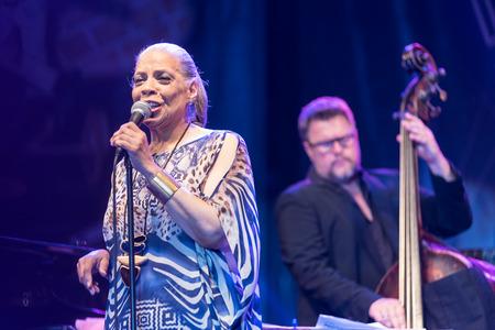 NIS, 세르비아 -8 월 10 일 : 미국 R & B, 팝 및 재즈 싱어 패티 오스틴 라이브 Nisville 재즈 페스티벌, 그녀의 67 생일에, 2017 년 8 월 10 일에 Nis, 세르비아