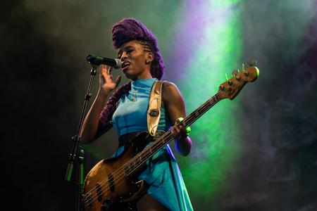 NIS, SERBIE-11 AOÛT, 2017: bassiste célèbre Nik West joue en direct avec son groupe au Nisville Jazz Festival, le 11 août 2017 à Nis, en Serbie Banque d'images - 85223410