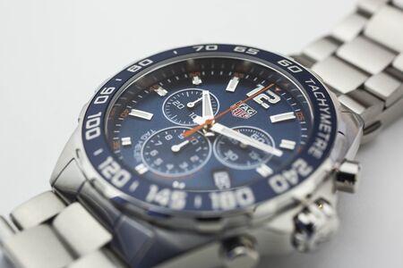 Chaux-de-Fonds, Switzerland, 2019년 8월 21일 - 스위스 제조 시계 회사의 타키미터 럭셔리 손목 시계가 있는 Tag Heuer Formula 1 Grand Carrera 시계의 클로즈업