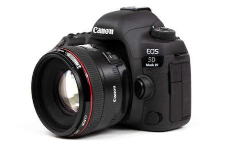 Tokyo, Japan 22.04.2020: DSLR camera Canon Mark 5D IV with Canon EF-50mm 1.2 USM 新闻类图片