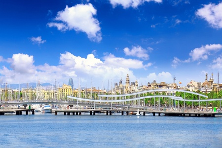 descubridor: Vista de desatraque de yate s en el puerto mar�timo de Barcelona. Espa�a Foto de archivo