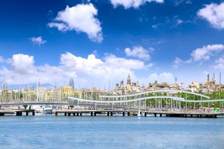 discoverer: S vista sobre desatraque del yate en el puerto mar�timo de Barcelona. Espa�a