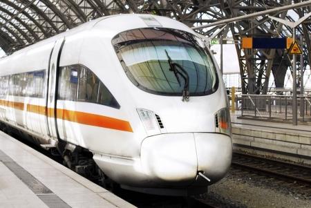 estacion de tren: Moderno tren de alta velocidad listo para Sale de tren station.Germany