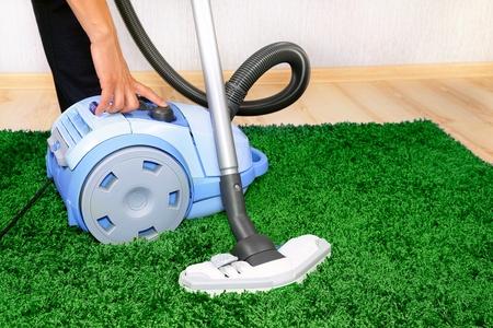 personal de limpieza: Aspirador en acci�n - un limpiador de los hombres de una alfombra. Foto de archivo