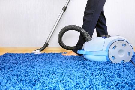 limpiadores: Aspiradora Powelful en la acci�n-un limpiador de los hombres de una alfombra.