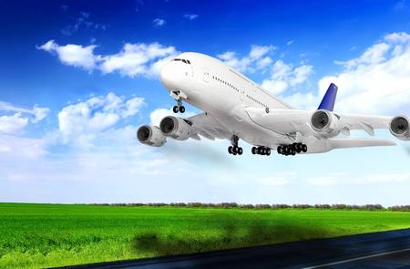 Moderno avión en el aeropuerto de Despegue en la pista